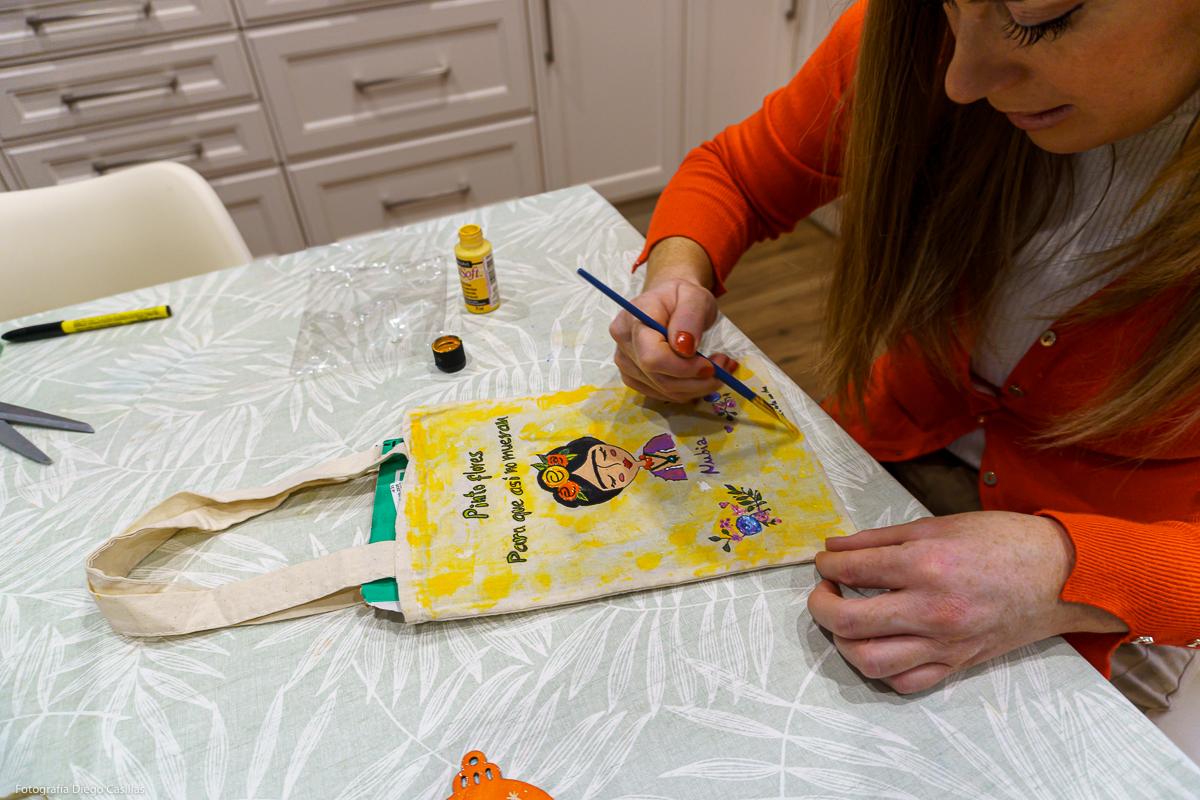 Ana pintando a Frida Kahlo en una bolsa de tela. Foto: Diego Casillas.